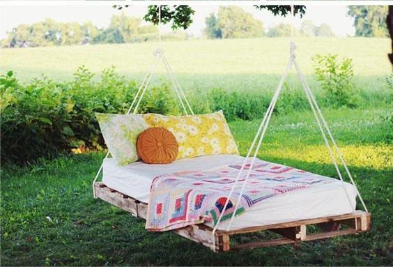 Подвесная кровать на даче1